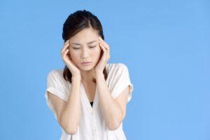 ストレスで頭痛を訴える女性の画像