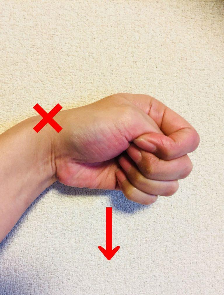 親指と手首を一緒に小指側に曲げたときに親指側の部分に痛みが出るのかの変化を見る検査